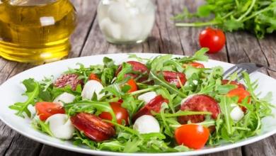 Rucolasalat mit Tomaten und Mozzarella